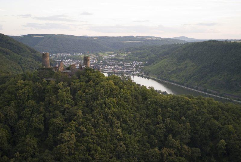Blick auf Burg Thurant und die Mosel