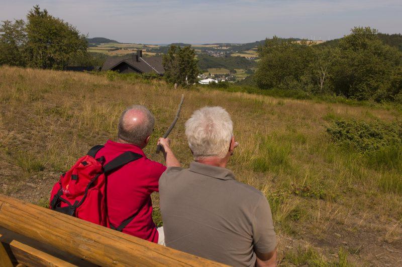 Zwei Wanderer nahe der Wabelsberger Wacholderhütte