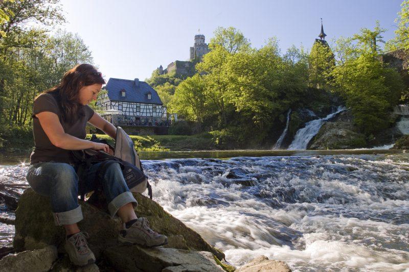 Wanderin rastet nahe der Wasserfälle