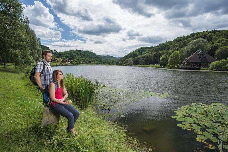 Zwei Wanderer sitzen am See