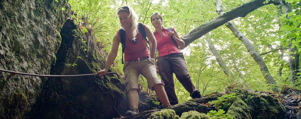 Wanderer beim Abstieg auf dem Bergschluchtenpfad