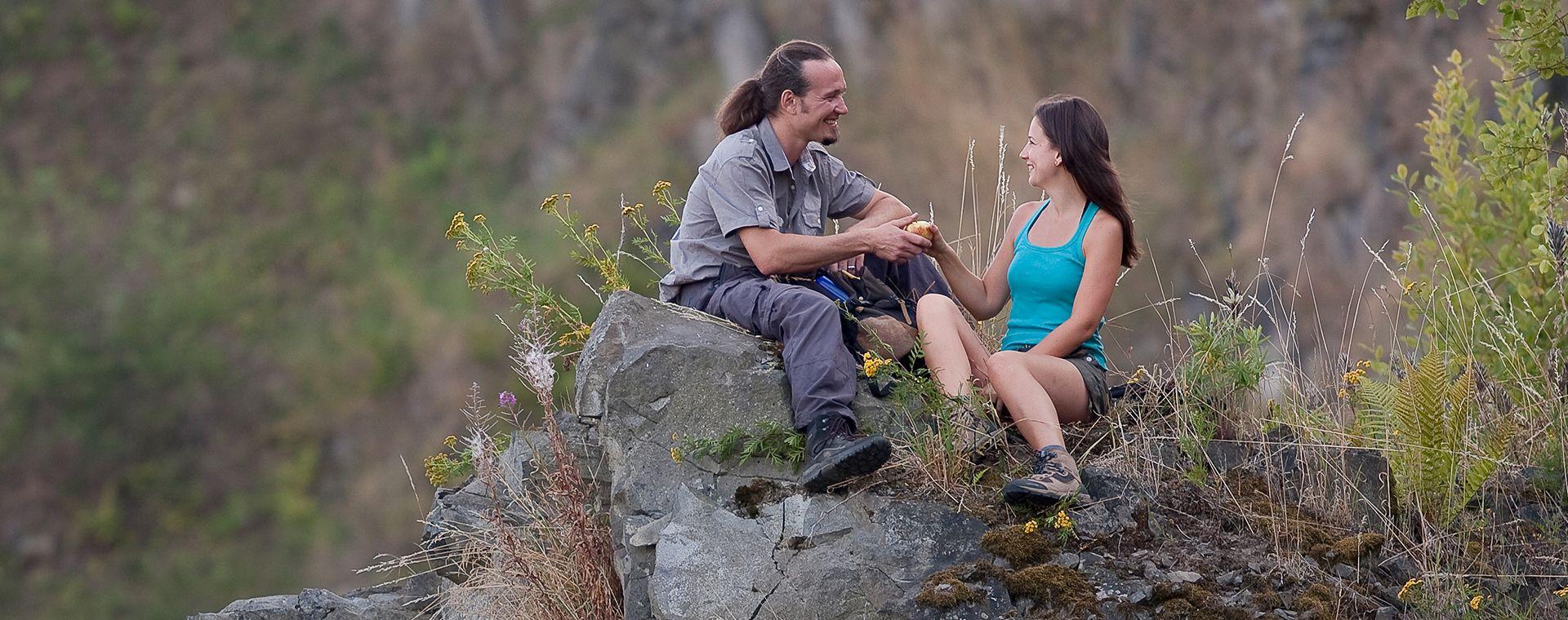 Zwei Wanderer rasten auf einem Felsen