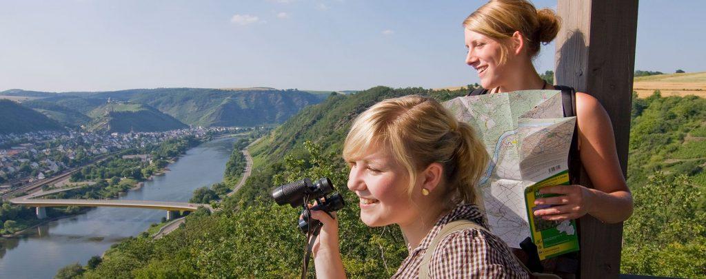 2 Wanderer genießen den Ausblick