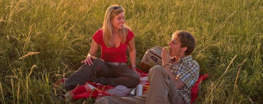 2 Wanderer machen ein Picknick
