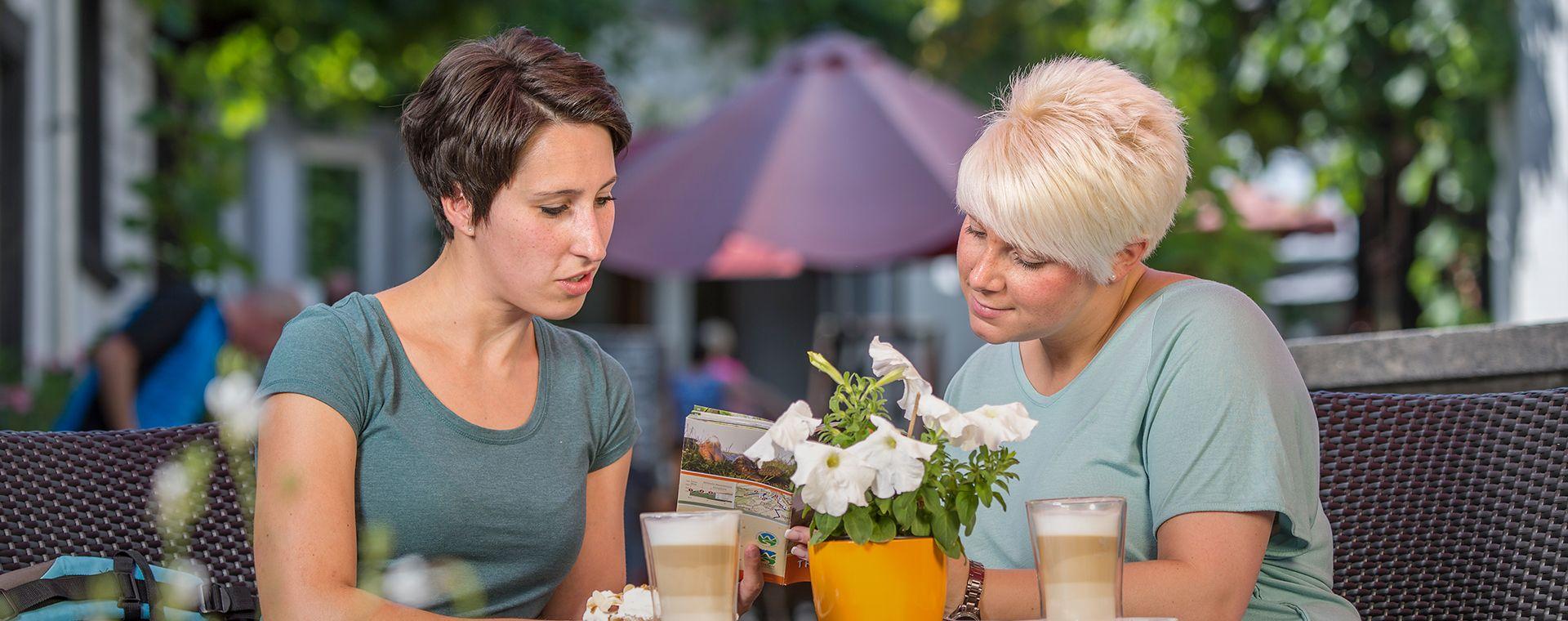 Zwei Frauen trinken einen Kaffee