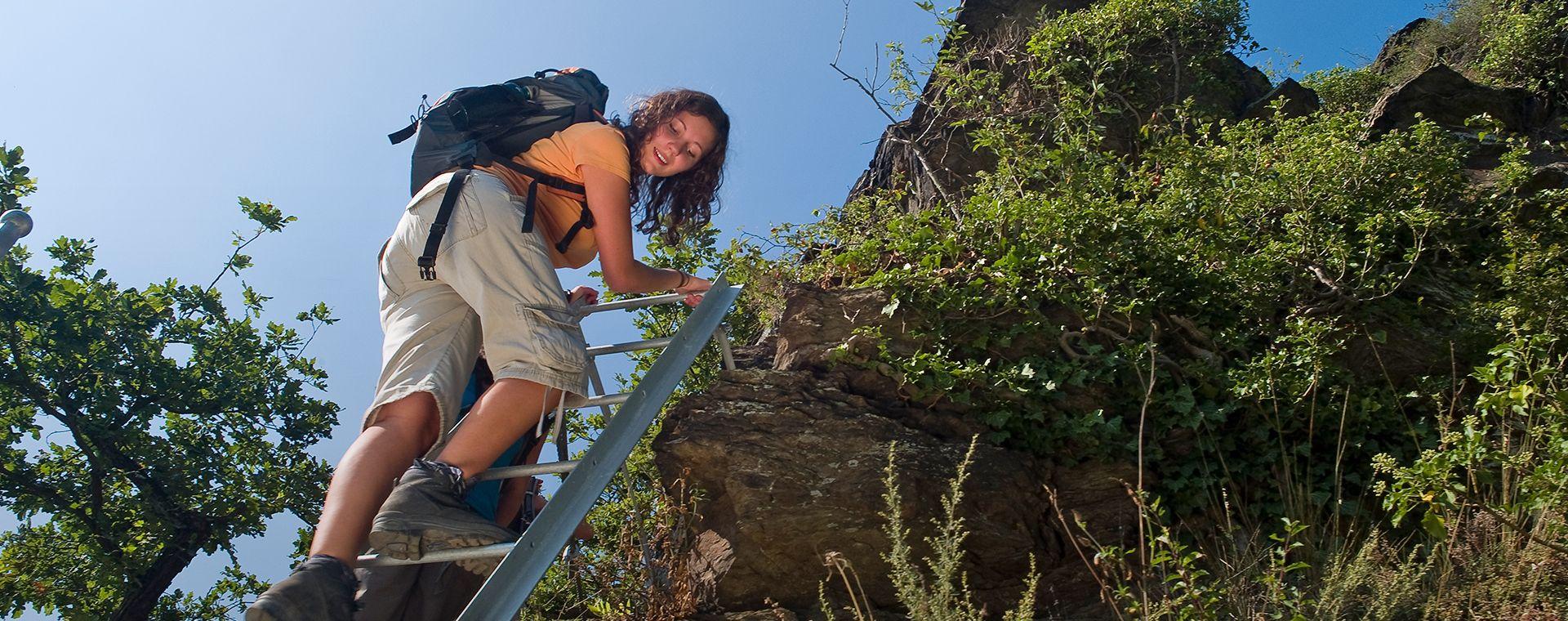 Wanderin auf einer Leiter